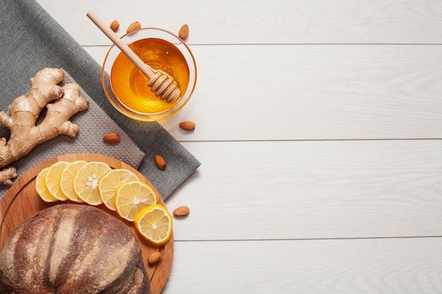Pão caseiro com mel e gengibre Foto gratuita