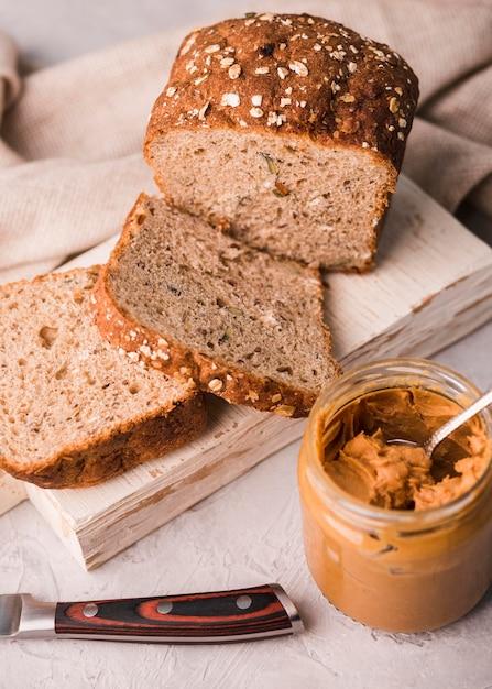 Pão caseiro de close-up com manteiga de amendoim Foto gratuita