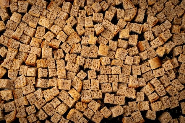 Pão caseiro de pão de centeio, cubos de pão crocante, migalhas de centeio secas Foto Premium