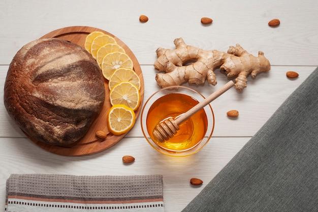 Pão caseiro de vista superior com mel e gengibre Foto gratuita
