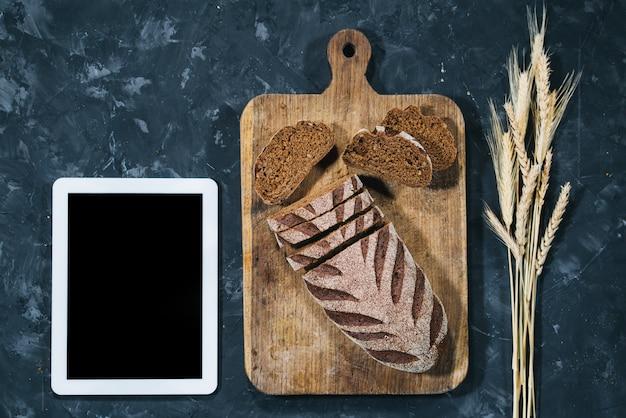 Pão caseiro fresco com tablet Foto Premium