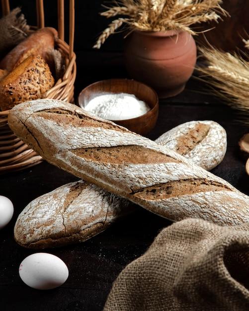Pão cinza em cima da mesa Foto gratuita
