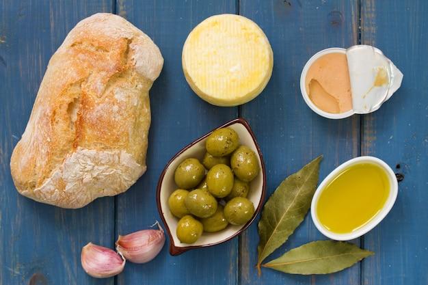 Pão com azeitonas, patê e azeite Foto Premium