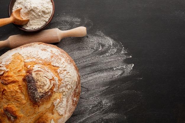 Pão com crosta e farinha Foto gratuita