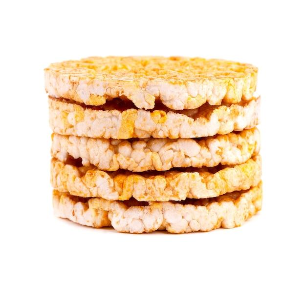 Pão crocante de arroz e milho caramelizado isolado no branco Foto Premium