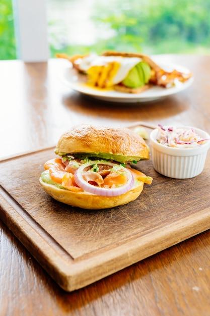 Pão de bagel com carne de salmão defumado e legumes Foto gratuita