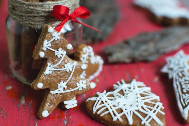 Pão de canela tradicional natal com detalhes de confeiteiro Foto gratuita