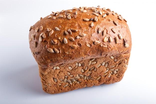 Pão de centeio com as sementes de girassol isoladas no branco. Foto Premium