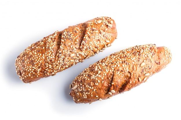 Pão de centeio com sementes de girassol, sésamo e linho isolado no branco. Foto Premium