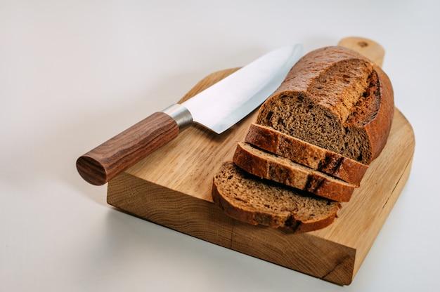 Pão de centeio integral sem glúten cortado. Foto Premium