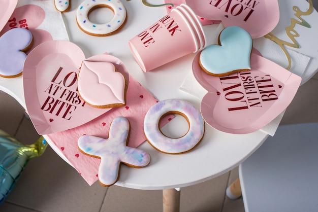 Pão de gengibre temático em forma de lábios, corações, no estilo de amantes. conteúdo temático Foto Premium