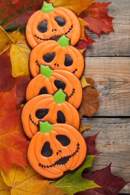 Pão de halloween na folhagem de outono. Foto Premium