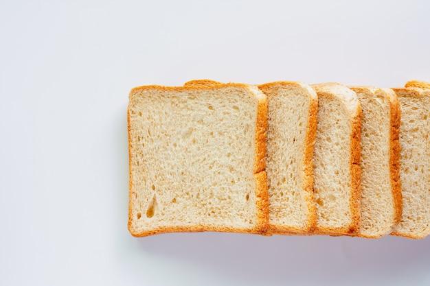 Pão de trigo integral bem cortado em fundo branco Foto Premium