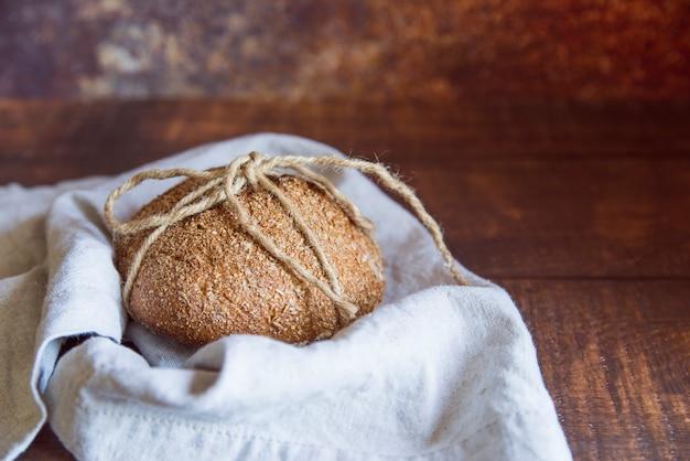 Pão de trigo integral em um pano de perto Foto gratuita