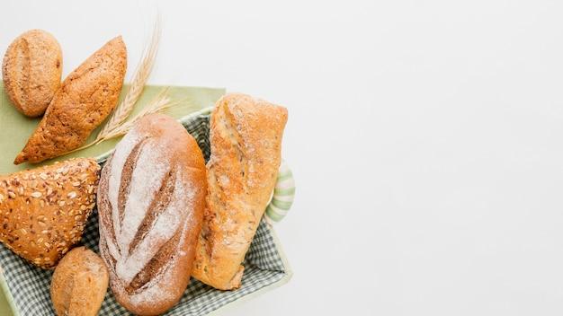 Pão diferente na cesta Foto gratuita