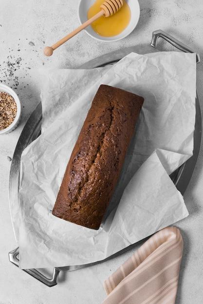 Pão doce de vista superior com mel e sementes Foto gratuita