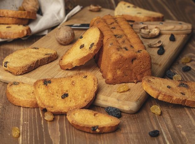 Pão doce delicioso com fundo de madeira Foto Premium
