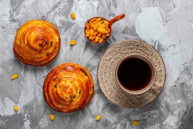 Pão doce redondo francês com passas. Foto gratuita