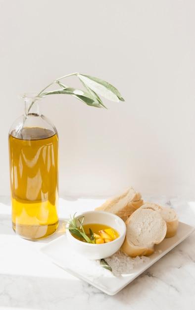 Pão e azeite com sal na bandeja Foto gratuita