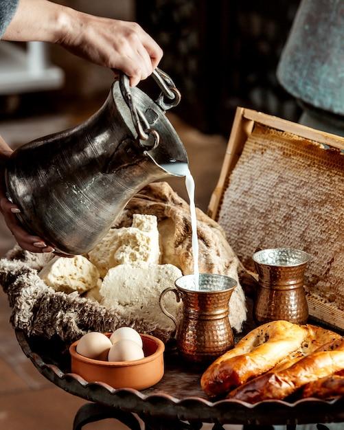 Pão e bagels com ovos e leite Foto gratuita