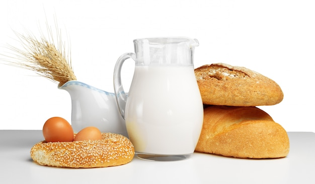 Pão e leite na mesa Foto Premium