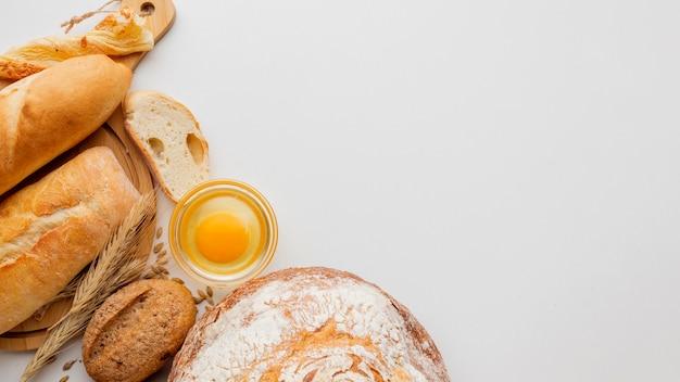 Pão e ovo com variedade de bolos Foto gratuita