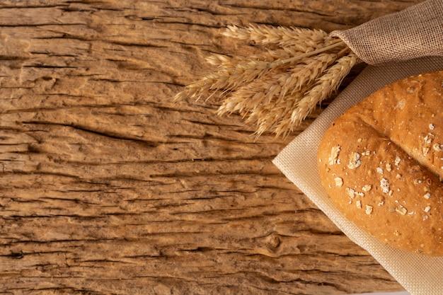 Pão em uma mesa de madeira em um assoalho de madeira velho. Foto gratuita