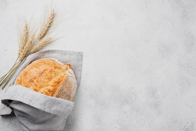 Pão embrulhado minimalista e espaço para texto Foto gratuita