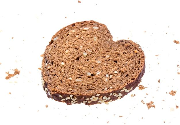 Pão fatiado em forma de coração no fundo branco Foto Premium