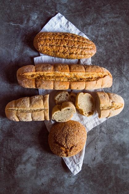 Pão fatiado na mesa vista superior Foto gratuita
