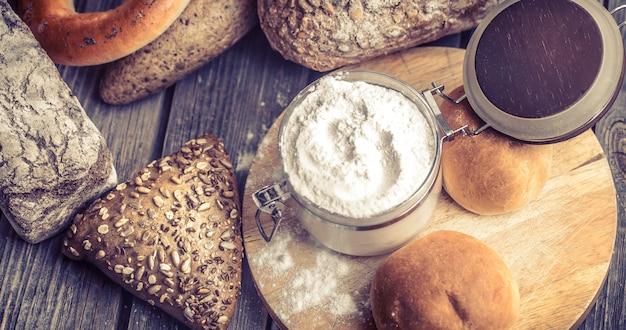 Pão fresco diverso Foto gratuita