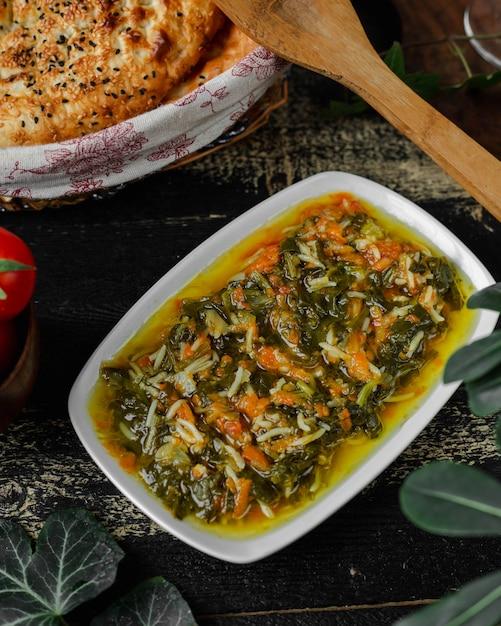 Pão fresco e salada de legumes com arroz Foto gratuita