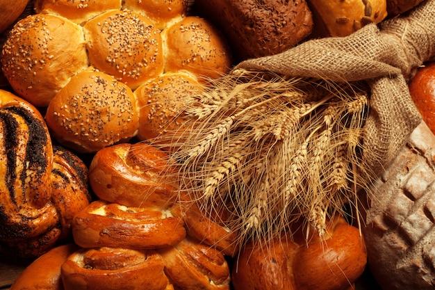 Pão fresco na mesa de madeira Foto Premium