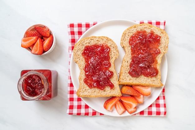 Pão integral caseiro com geléia de morango e morango fresco Foto Premium