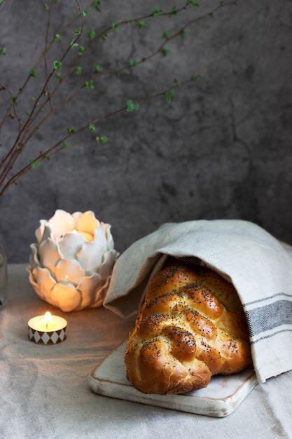 Pão judeu festivo tradicional chalá feito de massa de levedura com ovos. Foto Premium