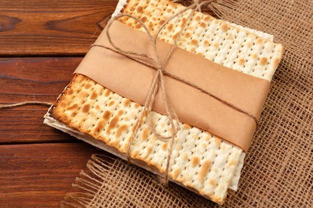 Pão matzo tradicional judaica da páscoa Foto Premium