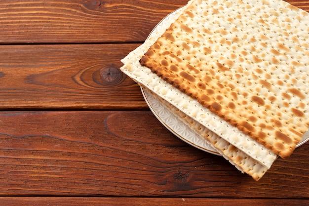 Pão matzo tradicional judaico da páscoa Foto Premium