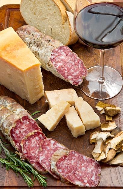 Pão parmesão e salame Foto Premium