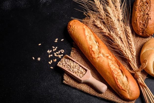 Pão perfumado fresco com grãos e cones Foto Premium