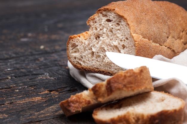 Pão rústico na mesa de madeira. arborizado escuro com espaço de texto livre. Foto gratuita
