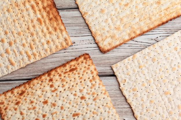 Pão sírio matzo para celebrações de feriado judaico em cima da mesa Foto Premium