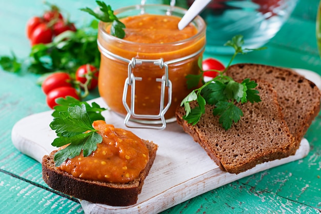 Pão torrado com caviar de berinjela. refeição vegana. comida vegetariana saudável Foto Premium
