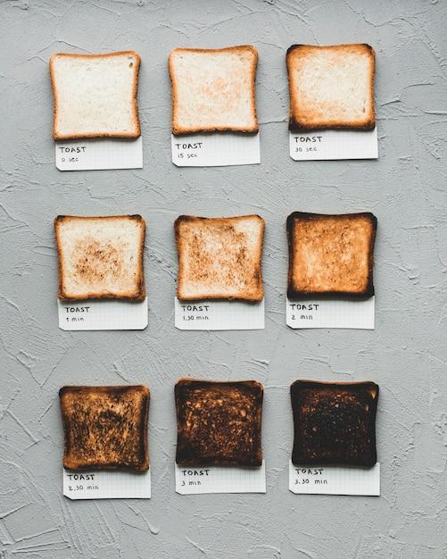 Pão torrado mostrando o tempo de fazer Foto gratuita