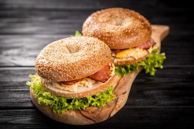 Pãozinho com bacon e ovo Foto Premium