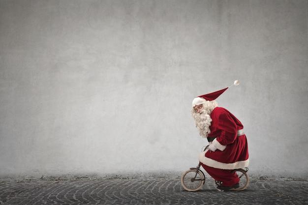 Papai noel andando de bicicleta mini Foto Premium