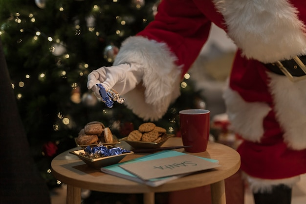Papai noel com biscoitos de natal Foto gratuita
