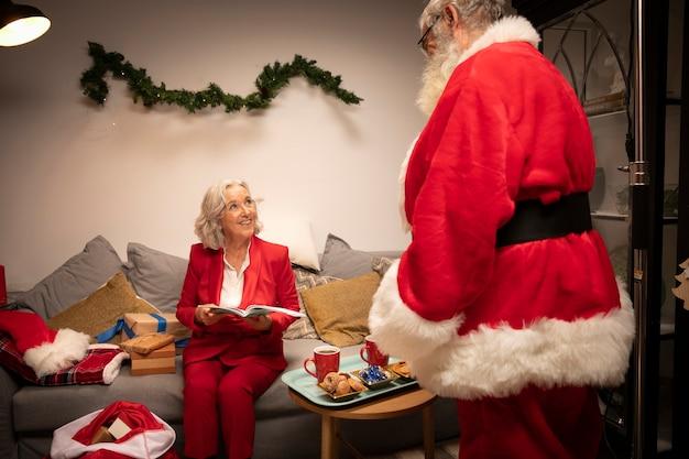 Papai noel com mulher sênior pronta para o natal Foto gratuita