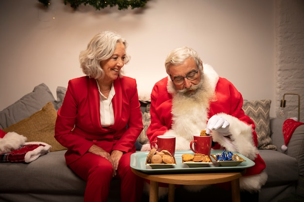 Papai noel e mulher comemorando o natal Foto gratuita