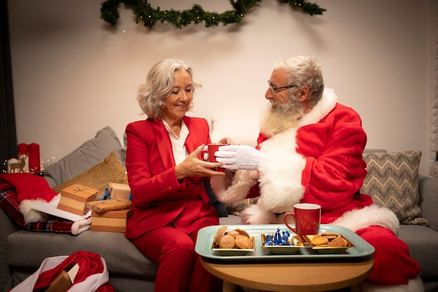 Papai noel e mulher junto para o natal Foto gratuita