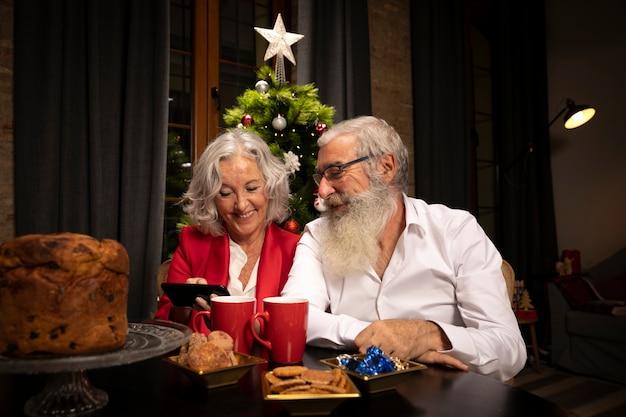 Papai noel e mulher junto Foto gratuita